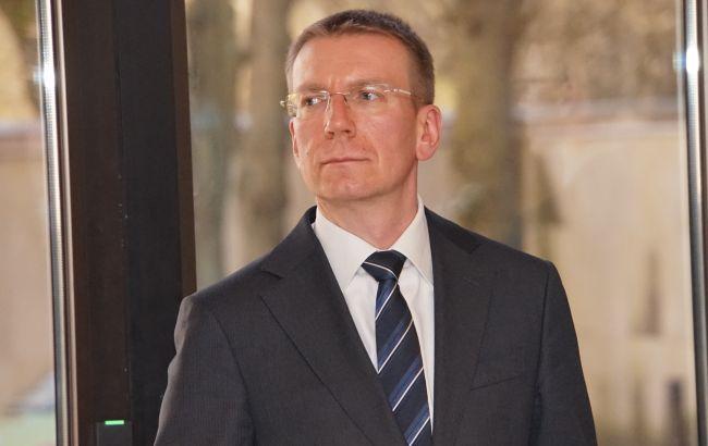 Глава МИД Латвии получил результат теста после контакта с больным COVID-19