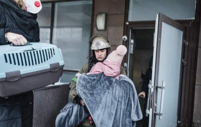 У Києві загорілася багатоповерхівка, є постраждалий
