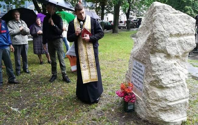 Во Львове нетрезвые мужчины попытались украсть памятник героям УПА