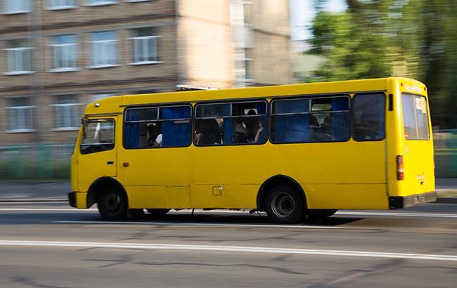 """""""Пора здати на металобрухт"""": під Києвом на ходу розвалилася маршрутка (фото)"""
