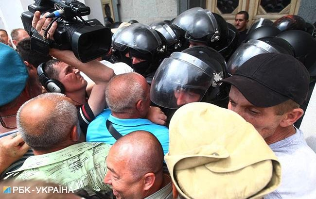 Столкновения под Радой: в полиции заявили о 3 пострадавших правоохранителях