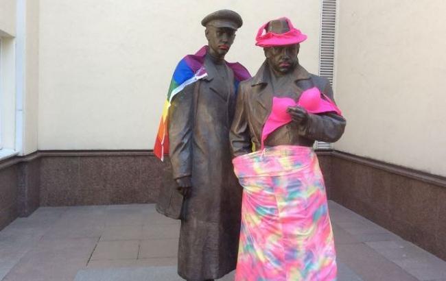 У Києві пам'ятник біля МВС розфарбували в кольори ЛГБТ (фото)