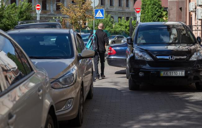 """У Києві """"герой паркування"""" заблокував рух трамваїв"""