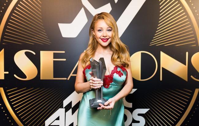 Кокетка або янгол: вибираємо найкращий образ Тіни Кароль на М1 Music Awards