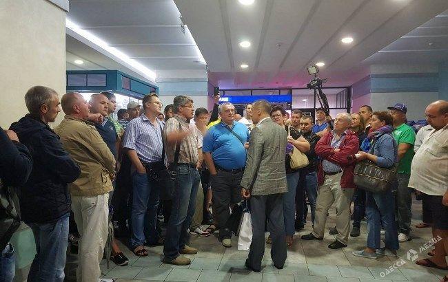 """Вооруженные люди не пускают директора порта """"Черноморск"""" на предприятие"""
