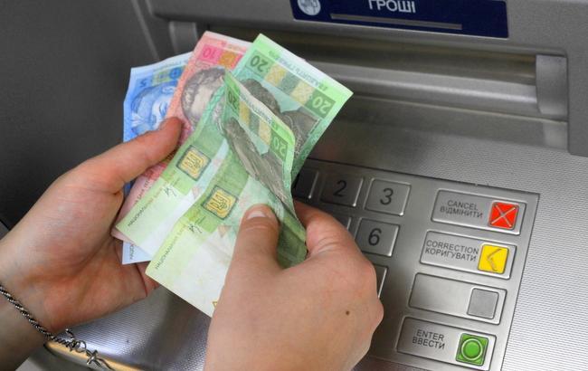 Фото: Невідомий забув гроші в банкоматі