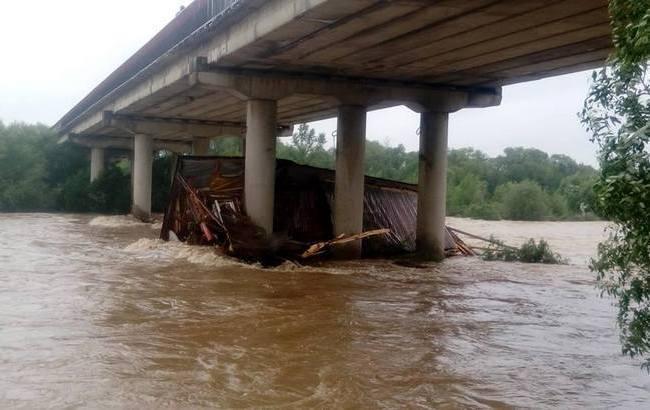 На Прикарпатті через негоду в річку змило ресторан (відео)