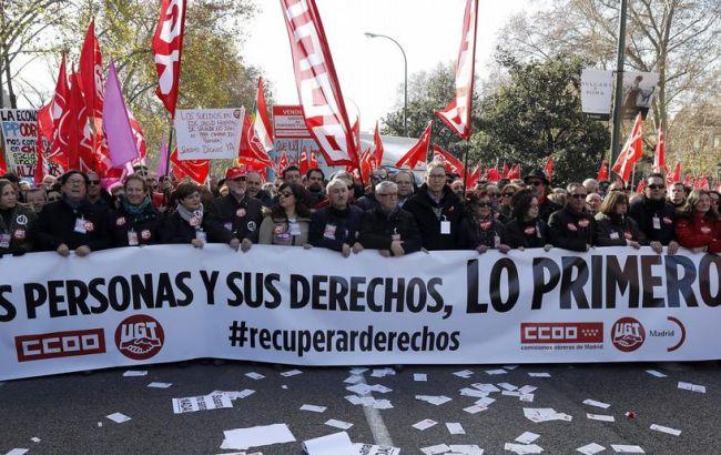 Люди требуют поднятия зарплат— Испания массово протестует
