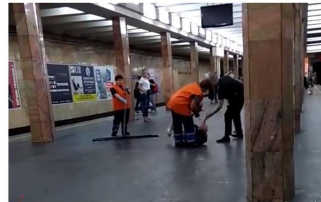 Фото: побиття поліцейським пасажира метро (facebook.com/kyiv.gp.gov.ua)