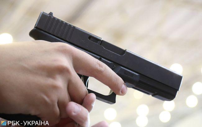 Автохам під Києвом погрожував чоловікові пістолетом на очах у дружини і дитини (відео)
