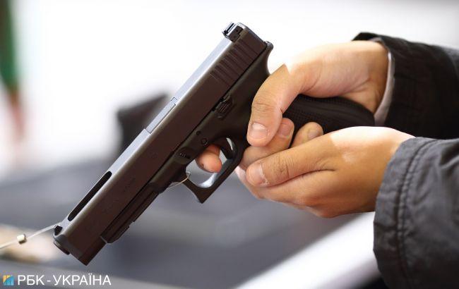 Под Киевом мужчина в камуфляже расстрелял авто с семьей. Есть раненый