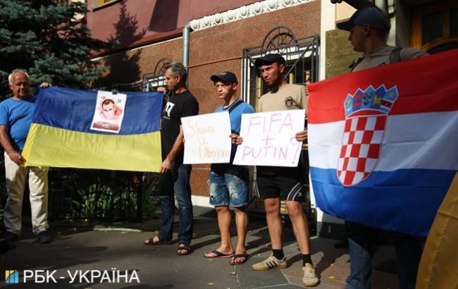 Фото: акція під посольством (РБК-Україна)
