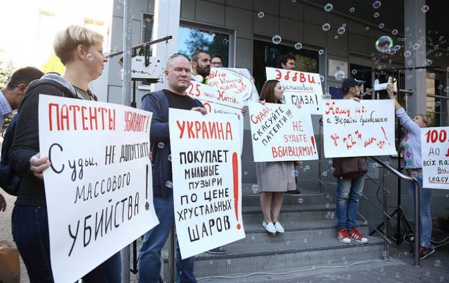 Фото: Активисты под зданием суда в Киеве (РБК-Украина)