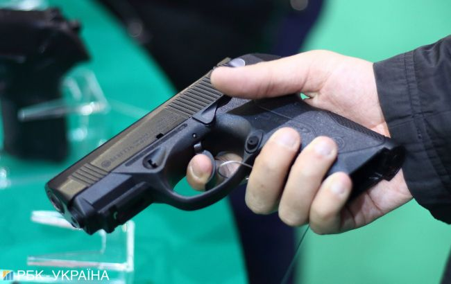 В харківському супермаркеті поліцейський застрелив чоловіка, який напав на нього