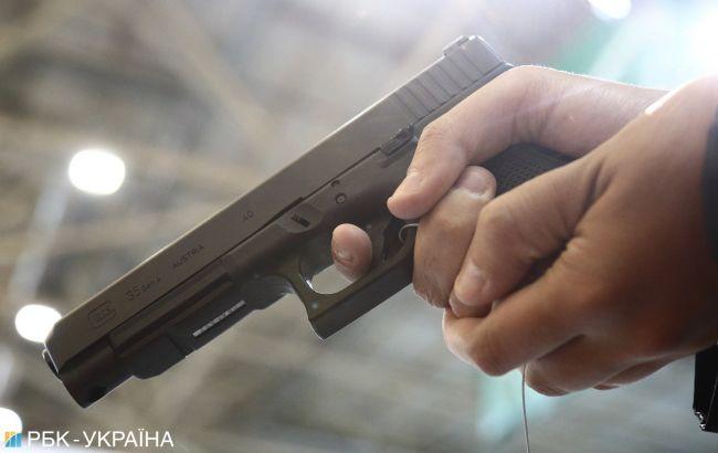 В центре Киева мужчина начал стрельбу из-за просьбы надеть маску