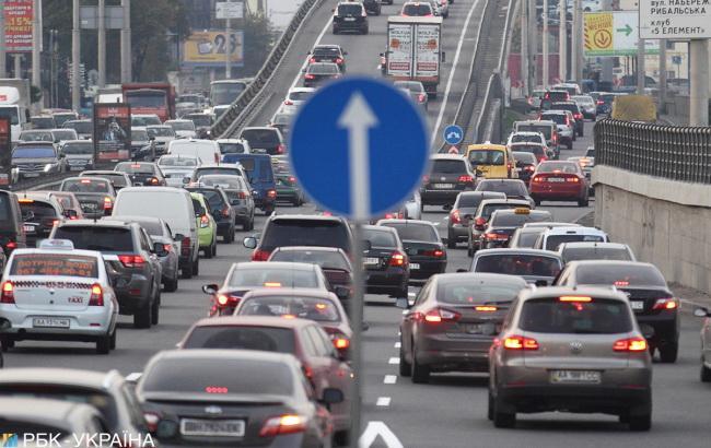 У центрі Києва станом на 10 00 рух транспорту ускладнено через затори. Про  це повідомляє РБК-Україна з посиланням на дані сервісу Google Maps. 620a6af942804