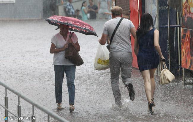 """""""Бассейн"""": последствия неожиданного дождя в Киеве показали на видео"""