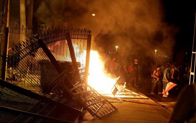 В Парагвае митингующие захватили и подожгли здание парламента