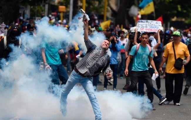 Фото: столкновения демонстрантов с полицией в Венесуэле