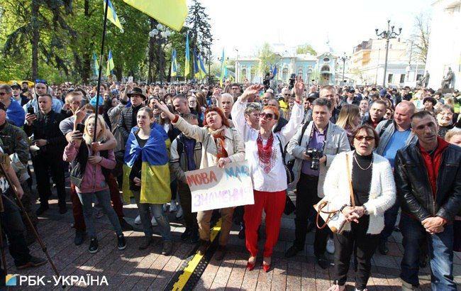 """Под Радой проходит акция в поддержку """"языкового закона"""""""