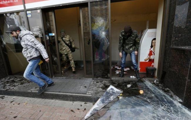Поліція оголосила про підозру 4 учасникам нападів на офіс і банки в центрі Києва