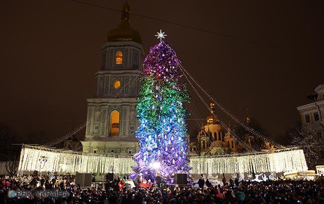У центрі Києва почали монтувати новорічне містечко: деталі та фото