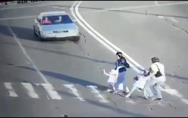 Прокуратура Києва оголосила підозру водію, який збив родину з двома дітьми