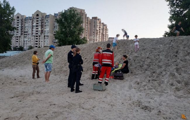 Чудом успели спасти: в Киеве девочку засыпало песком во время игры (видео)