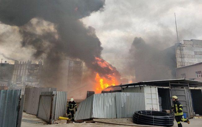 """У Києві біля заводу """"Радикал"""" спалахнула пожежа: горів ангар з хімікатами"""