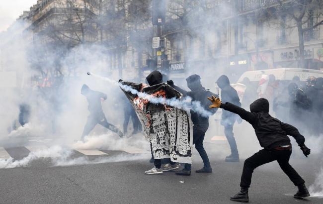 Фото: в Париже полиция разогнала демонстрацию с помощью слезоточивого газа