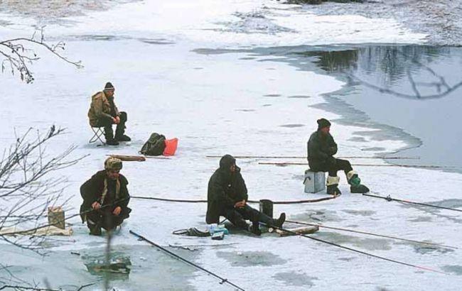 Прикарпатські рятувальники пильнують любителів зимової риболовлі