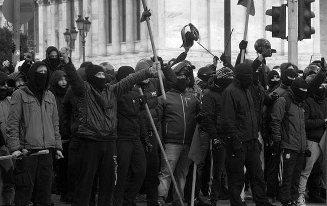 """Фото: учасники """"контрмітингу"""" в Афінах (twitter.com/th1an1)"""