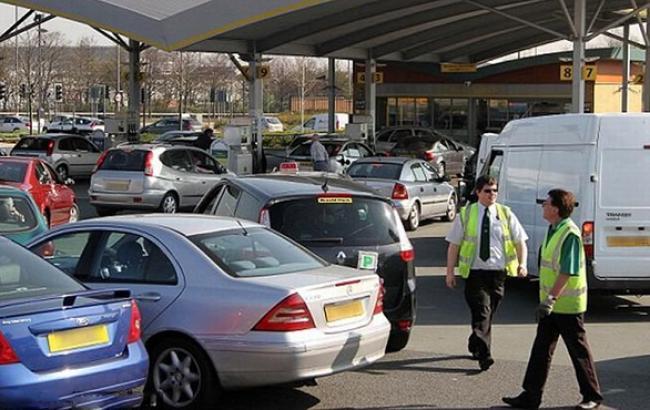 Цены на бензин в Великобритании упали до пятилетнего минимума