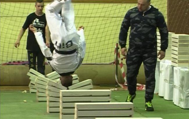 16-річний чемпіон за півхвилини розбив головою 111 бетонних блоків