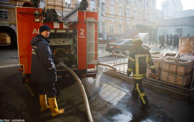 Не могут приступить к тушению: в Киеве дерево упало на электролинию и загорелось