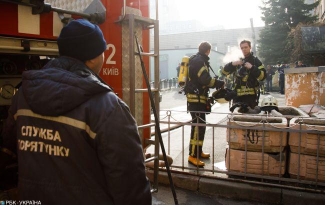 В Киеве загорелось здание, двое погибших
