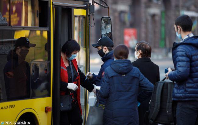 У Києві гігантську чергу на автобус показали з висоти пташиного польоту
