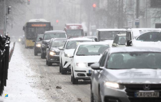 Киев засыпало снегом. В городе введено оперативное положение для транспорта