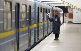У розпал карантину в метро Києва пробралися підлітки: їх витівка шокує