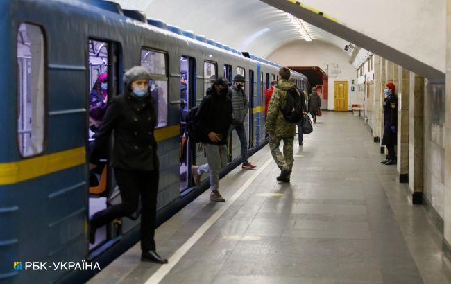 """У метро Києва повний """"армагеддон"""": про карантин всі забули (фото)"""