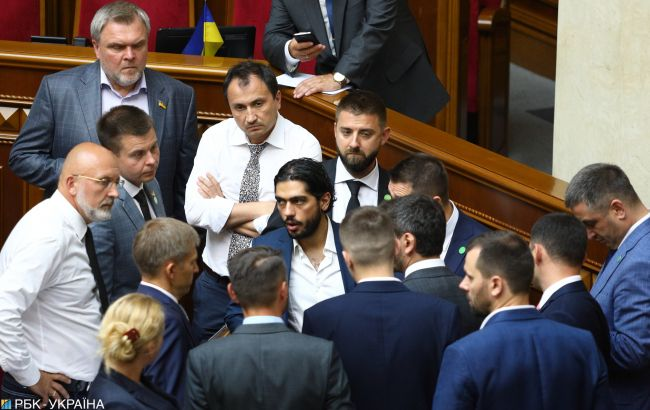 """Бунт большинства: из-за чего в """"Слуге народа"""" Зеленского случился первый конфликт"""