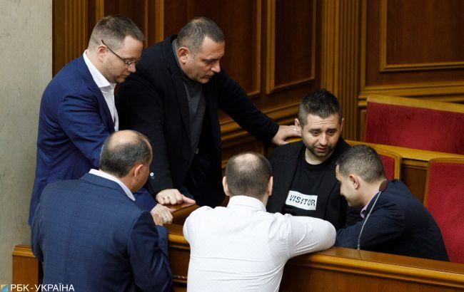 """Из фракции """"Слуга народа"""" могут исключить нескольких депутатов"""
