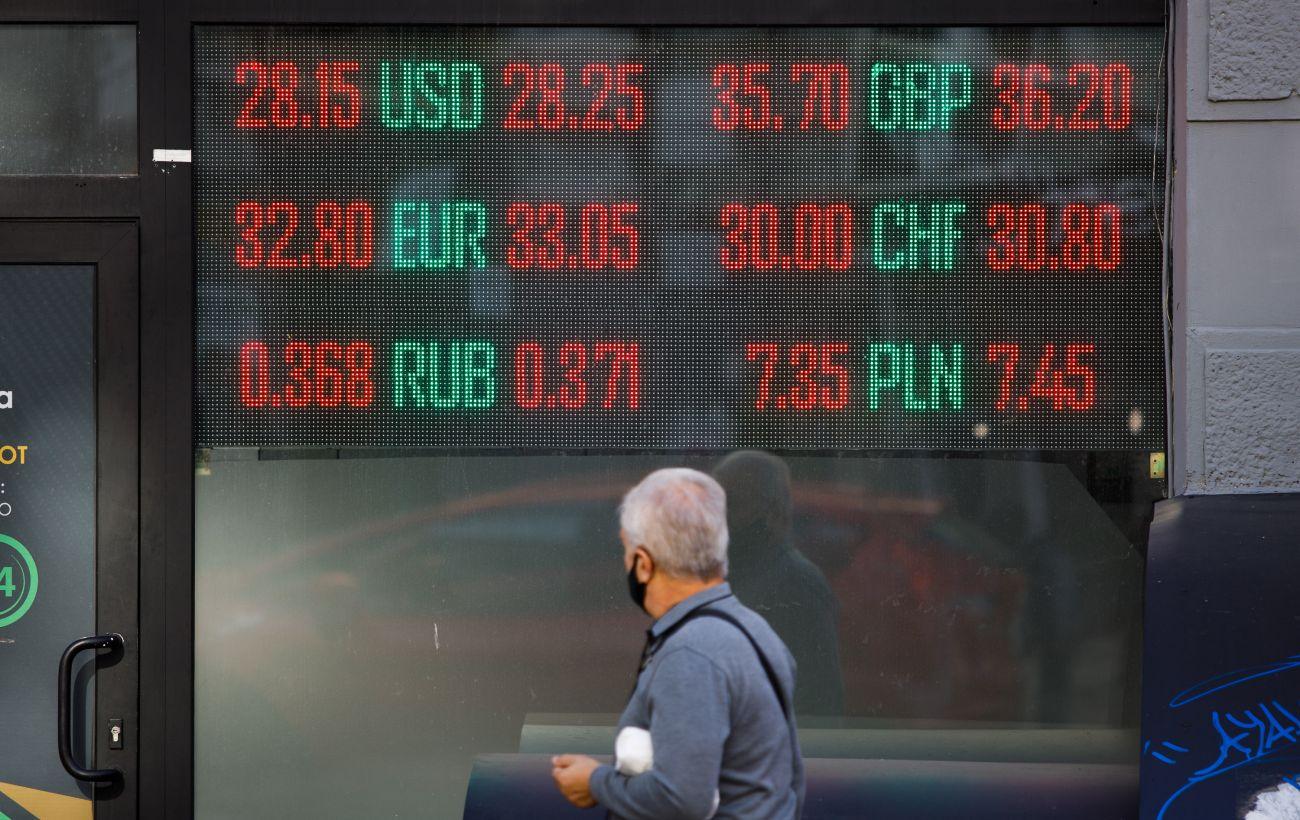 Яким буде курс долара і євро в березні: прогноз аналітика