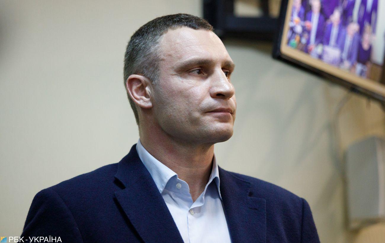 Силовики пришли с обысками в дом, где живет Кличко
