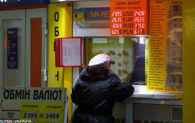 Банки значительно повысили курс доллара на новогодние праздники
