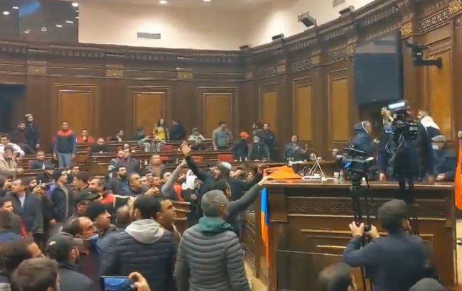 Сотні протестувальників в Єревані увірвалися в зал засідань парламенту