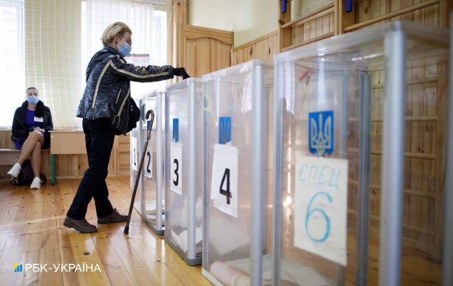 """Новый рейтинг партий: """"Евросолидарность"""" почти сравнялась со """"Слугой народа"""""""