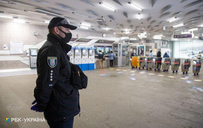 У метро Києва вандали розтрощили апарати, які можуть врятувати пасажирам життя (фото)