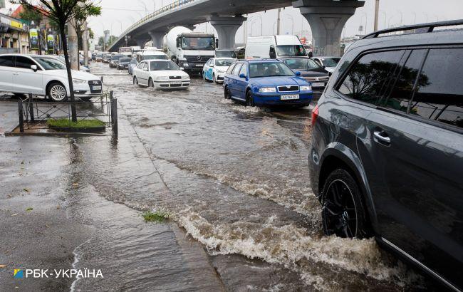 Ливень с градом и вырванные деревья: в Киеве разгулялась непогода (видео и фото)