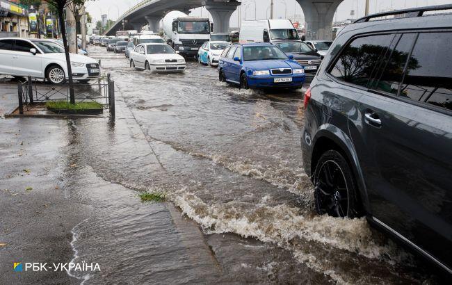 Киев накрыл мощный ливень с градом: видео затопленных улиц
